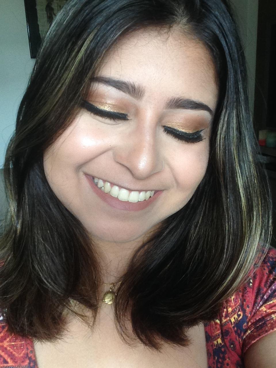 Maquiagem dourada com sombra cremosa maquiagem maquiador(a)