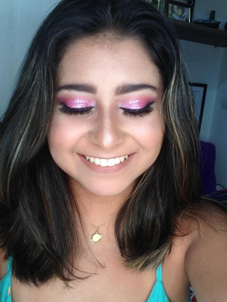 Maquiagem com glitter rosa maquiagem maquiador(a)