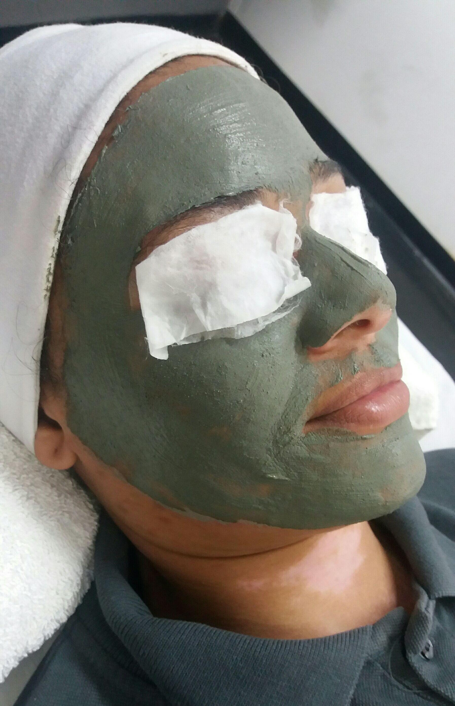 Limpeza de pele finalizado com máscara de Argila verde. Indicada para peles oleosas, poros dilatados.  Controle da oleosidade Anti séptico. Entre outro benefícios. estética esteticista massoterapeuta