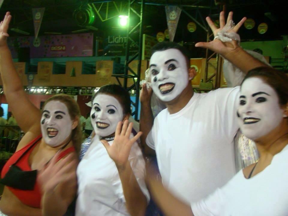 Maquiagem artística na Escola Rosas de Ouro  Ala Pierrô alguns integrantes  maquiagem maquiador(a) designer de sobrancelhas outros micropigmentador(a)