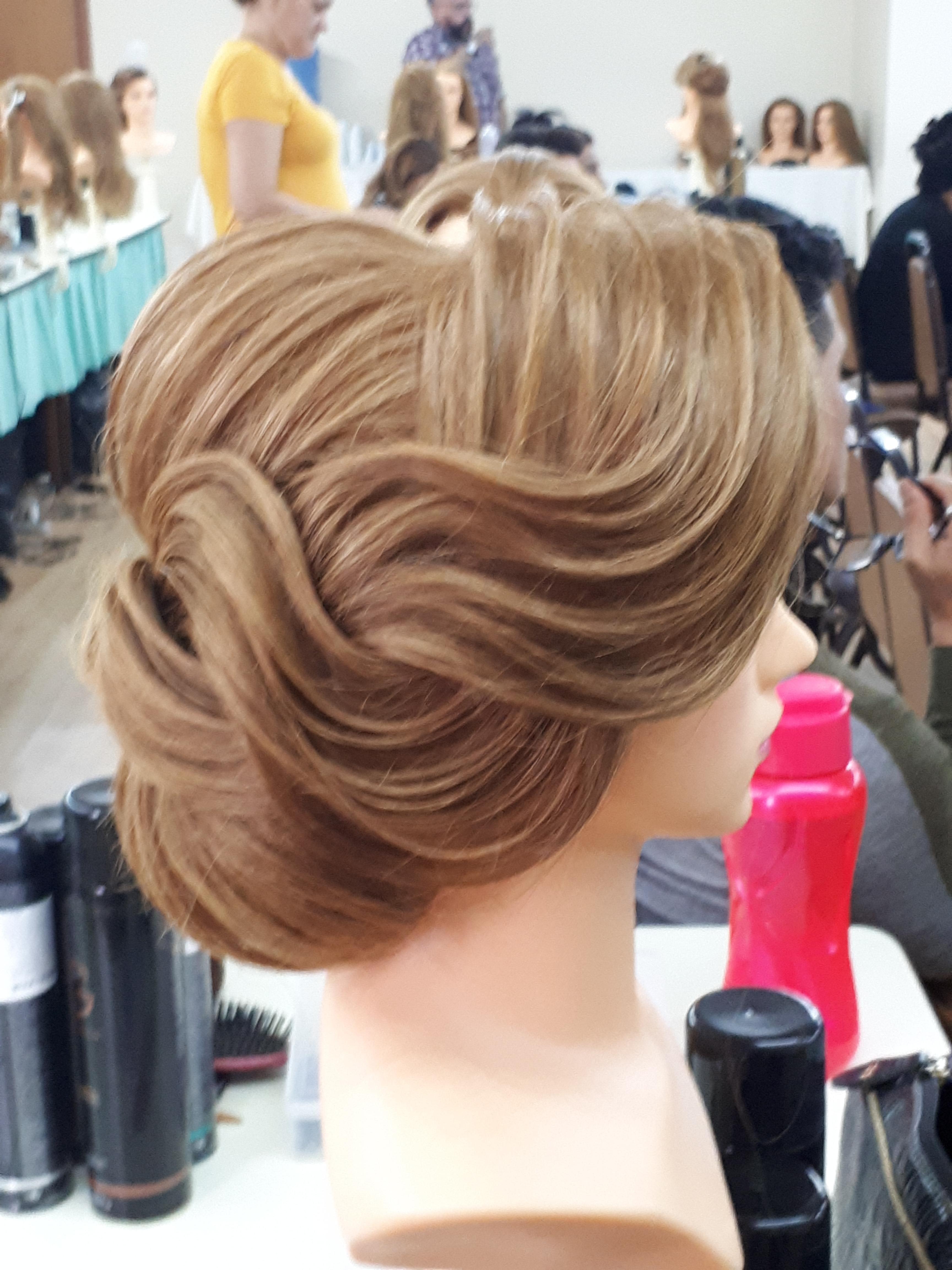 É russo que fala... cabelo cabeleireiro(a) maquiador(a) designer de sobrancelhas