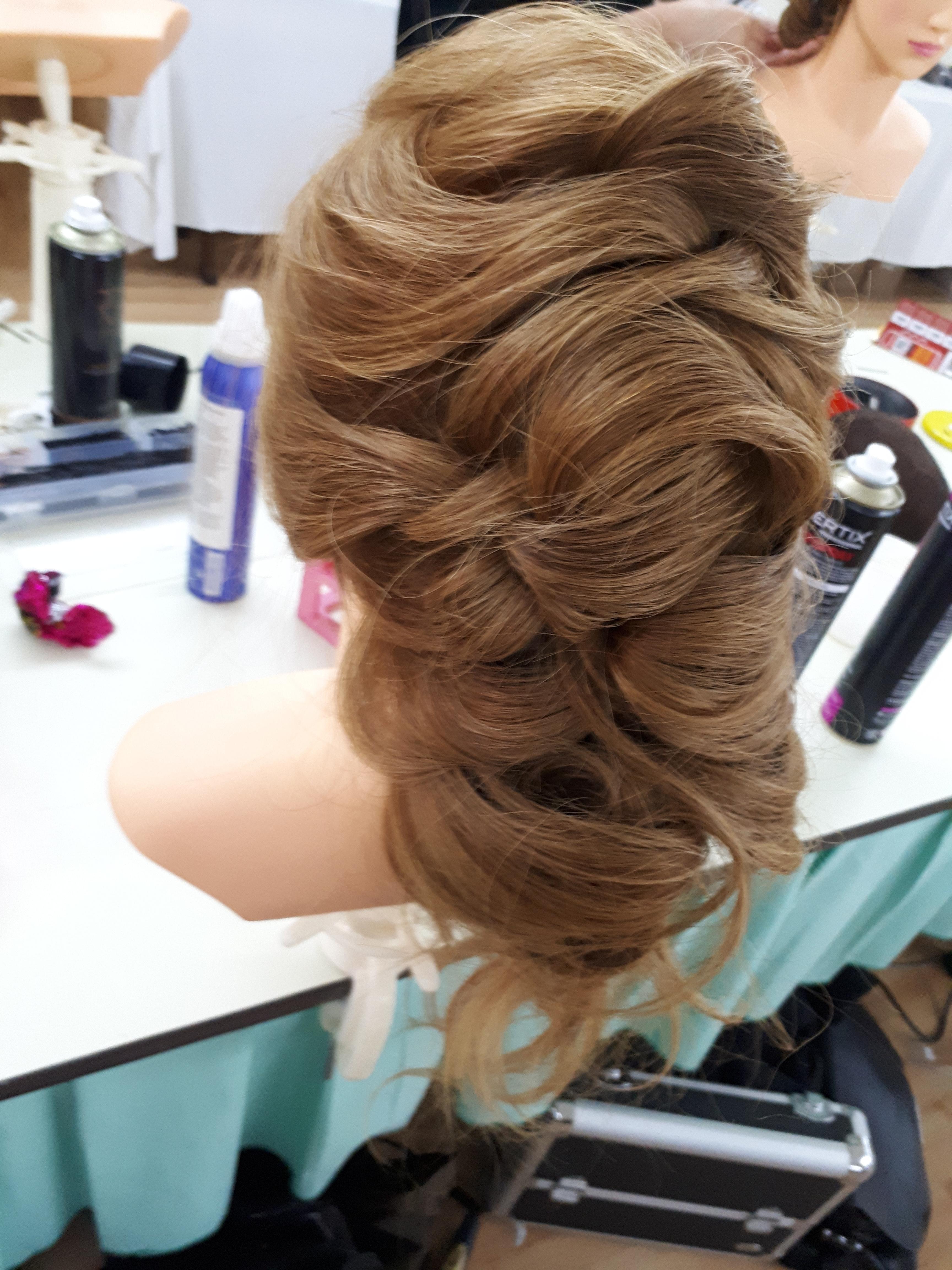 Treinando... cabelo cabeleireiro(a) maquiador(a) designer de sobrancelhas