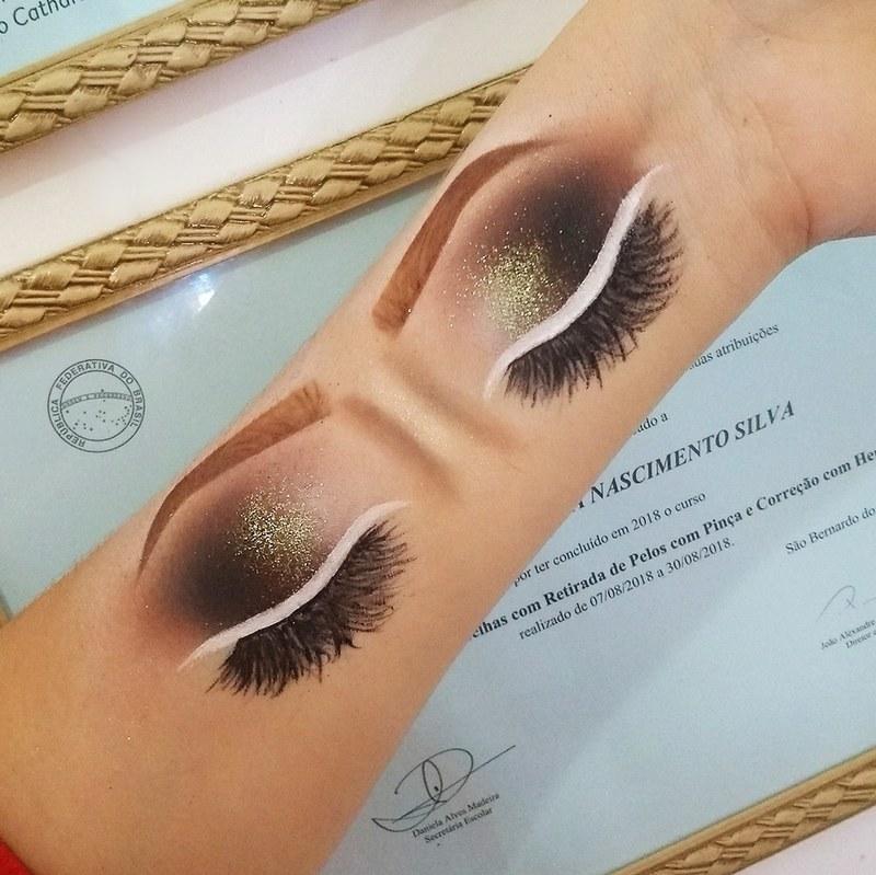 Croqui de mão com toque de verde e delineado branco 💚 maquiagem maquiador(a) designer de sobrancelhas