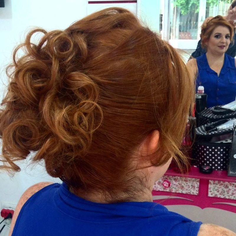 Penteado e maquiagem. cabelo cabeleireiro(a) maquiador(a) escovista designer de sobrancelhas depilador(a)