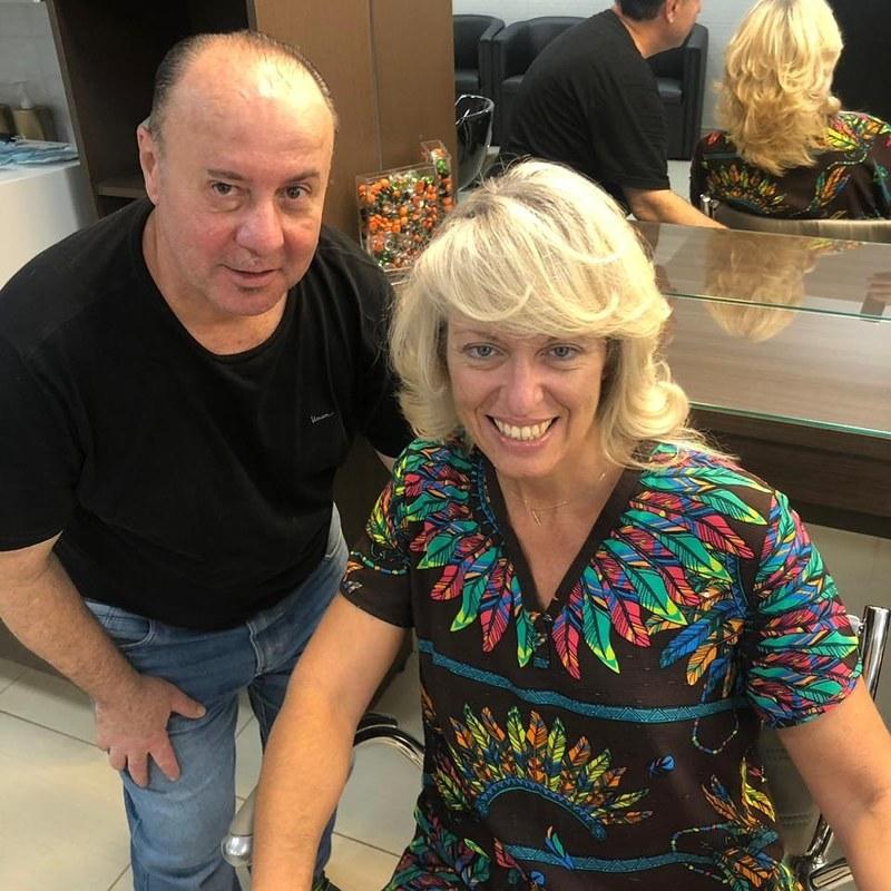 Corte em camadas e desconectado , blond dourado escova modelada. cabeleireiro(a) barbeiro(a) maquiador(a) designer de sobrancelhas depilador(a)