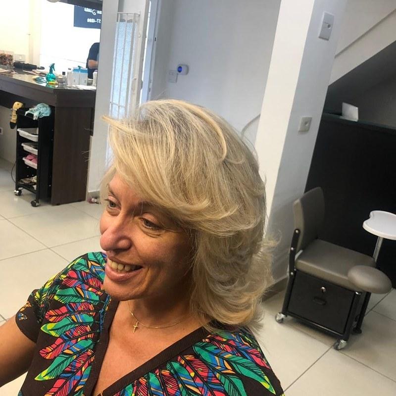 Cliente feliz cabeleireiro(a) barbeiro(a) maquiador(a) designer de sobrancelhas depilador(a)