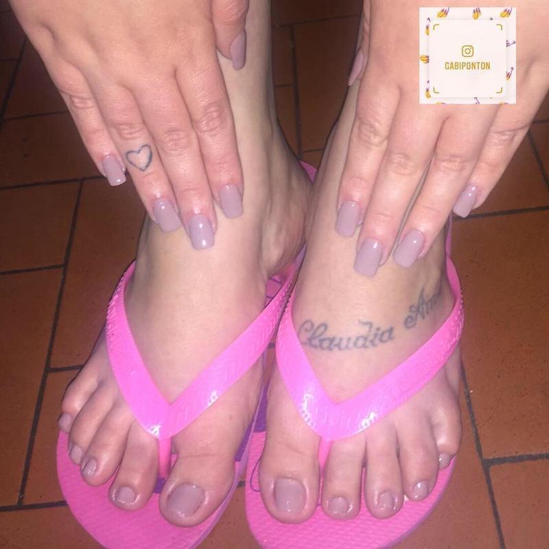 Unhas da mão fibra de vidro. unha recepcionista esteticista
