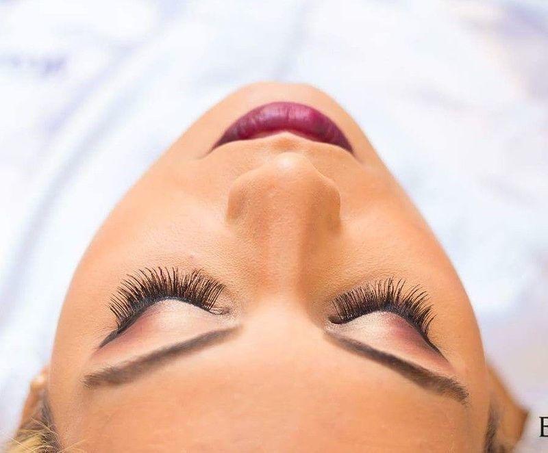 maquiagem maquiador(a) escovista designer de sobrancelhas docente / professor(a) auxiliar cabeleireiro(a)