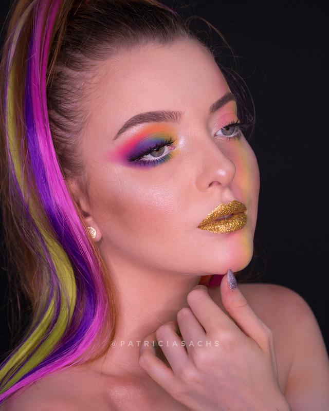 Maquiagem conceitual com temática de arco íris para o Carnaval. maquiagem maquiador(a) cabeleireiro(a)