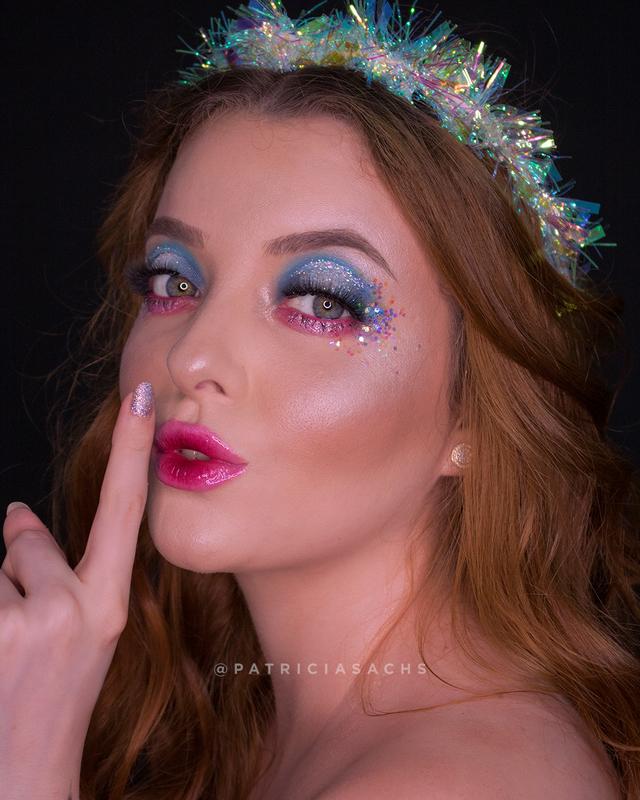 Maquiagem conceitual com temática angelical e holográfico para o Carnaval. maquiagem maquiador(a) cabeleireiro(a)