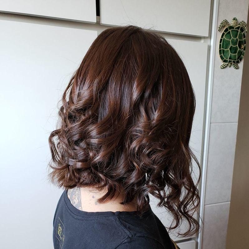 Corte em diagonal e camadas com acabamento de baby liss cabelo cabeleireiro(a)