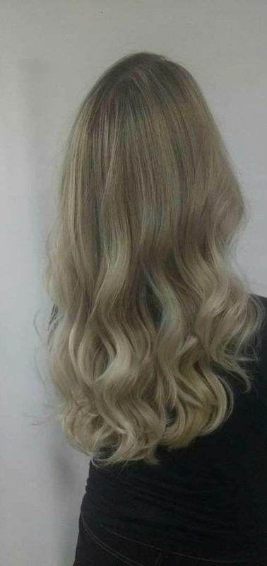 Loiro saudável. cabelo auxiliar cabeleireiro(a) barbeiro(a)