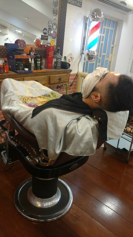 Pra quem curte, barba na toalha quente. cabelo auxiliar cabeleireiro(a) barbeiro(a)