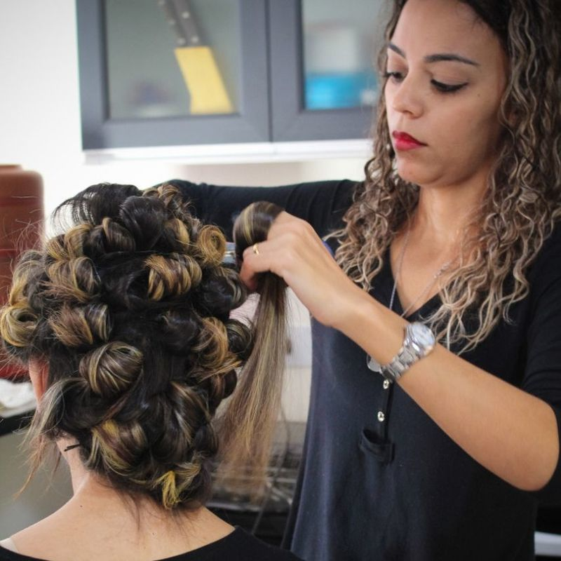 Preparação  do cabelo antes do penteado. cabelo auxiliar cabeleireiro(a) recepcionista designer de sobrancelhas