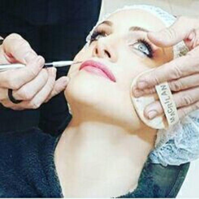 cabeleireiro(a) maquiador(a) designer de sobrancelhas