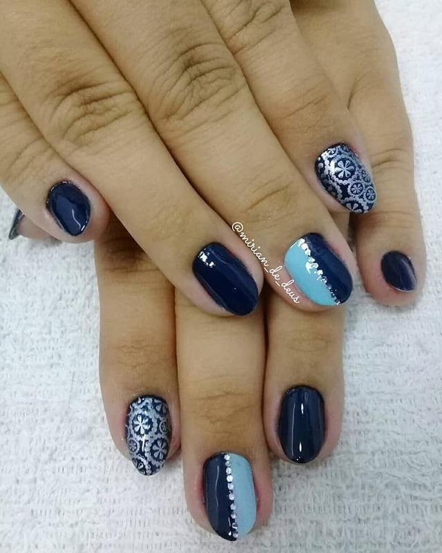 Nail Art Casadinho com carimbo e strass. unha manicure e pedicure