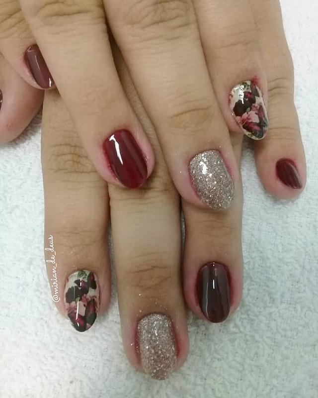 Nail Art Floral, com aplicação de películas. unha manicure e pedicure