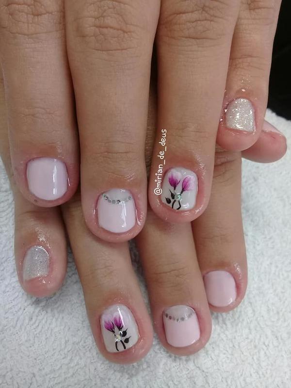 Nail Art Floral, aplicação de películas com strass. unha manicure e pedicure