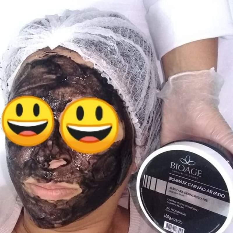 Mascara Desincrustante de Carvão Ativado  Purificante, Detox, Antioleosidade. O carvão ativado age como um imã para extrair impurezas e toxinas, enquanto desobstrui os poros e o excesso de oleosidade para uma ação desincrustante de alta eficácia. Máscara facial rica em minerais com poderosa ação detox e antioxidante.  estética estudante (esteticista) depilador(a)