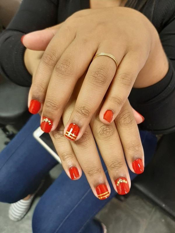 unha estudante (esteticista) designer de sobrancelhas manicure e pedicure