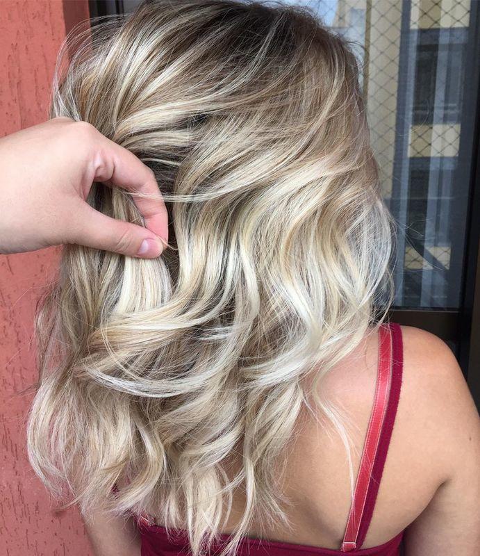 ✨ Hoje vamos começar o dia com esse #tbt maraaaa na quarta-feira! . Vocês gostaram? 💥 #hair #blondehair #loirodourado #loiroperolado #blond #blondgirl #salaodebeleza #beauty #santoandre #beleza #visagismo #ondasnocabelo #hairwaves 8 sem cabelo cabeleireiro(a) stylist / visagista maquiador(a) designer de sobrancelhas
