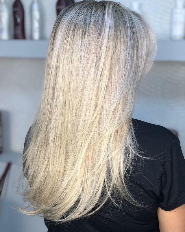 ✨ Uma das coisas mais difíceis é adquirir esse tom de loiro sem danificar os fios. Com uma boa avaliação, tratamentos pré e pós descoloração e cuidados em casa, você mantém seu loiro bonito e o cabelo saudável! . . Agende sua avaliação! 🌼♥️ . . . #hair #haircut #hairstyle #cabelos #blonde #blondehair #blond #loirosperfeitos #loirodossonhos #loiras #salaodebeleza #santoandre cabelo cabeleireiro(a) stylist / visagista maquiador(a) designer de sobrancelhas