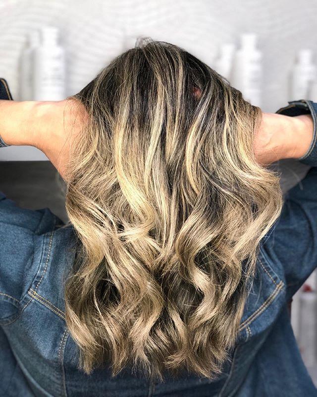 ✨ Todo cuidado é pouco na hora de descolorir os fios. Teste de mecha e avaliação serão sempre os maiores aliados de um bom profissional! Quer mudar? Agende uma avaliação! ♥️🌼 . . . . #hair #blondehair #hairstyle #love #beauty #salaodebeleza #santoandre #cabelos #loirosperfeitos #loirodosonhos #cabelohidratado #loiras #olaplex #olaplexbrasil cabelo cabeleireiro(a) stylist / visagista maquiador(a) designer de sobrancelhas