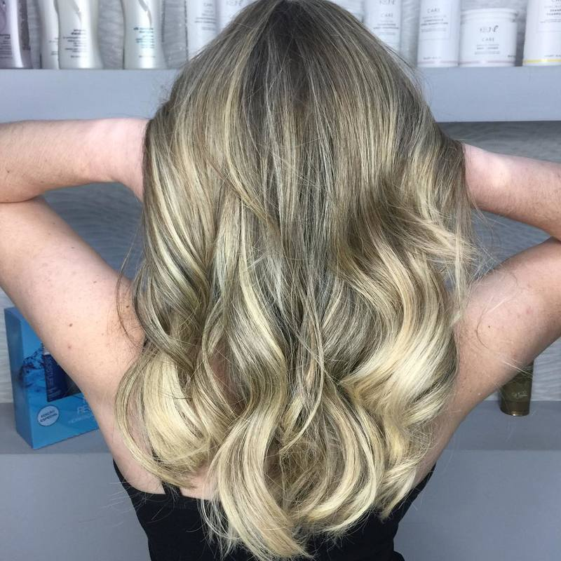 Nós amamos um loiro saudável ♥️ . . . . #hair #hairstyle #haircolor #blondehair #blonde #blondegirl #antesedepois #cabelohidratado #loirosperfeitos #loirodossonhos #beleza #beauty #salaodebeleza #santoandre cabelo cabeleireiro(a) stylist / visagista maquiador(a) designer de sobrancelhas