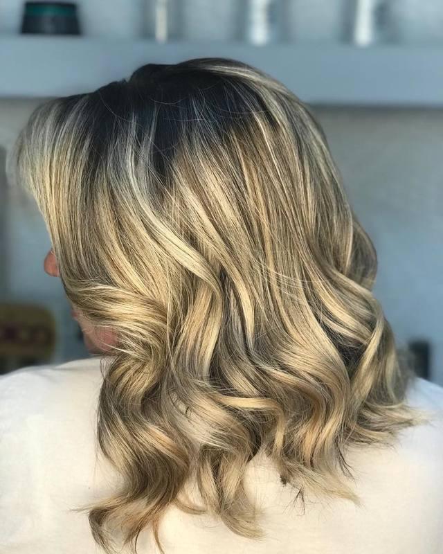 Ondas suaves ♥️ cabelo hidratado com @keunehaircosmetics 🔝 . . . . . . #hairstyle #hair #waves #blondehair #blond #loiras #cabelo #salaodebeleza #santoandre #love #beauty cabelo cabeleireiro(a) stylist / visagista maquiador(a) designer de sobrancelhas