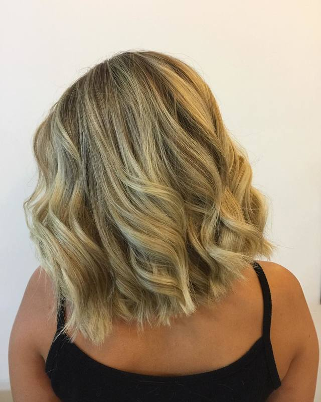 Já fez a sua mudança no visu para 2019? Não? Tá esperando o que para começar o ano linda, bela e hidratada? ♥️🌹 . . . . . . . #hair #blondehair #blonde #santoandre #loiroperolado #loiro #loirodossonhos #loiros #love #haircut #pointcut cabelo cabeleireiro(a) stylist / visagista maquiador(a) designer de sobrancelhas