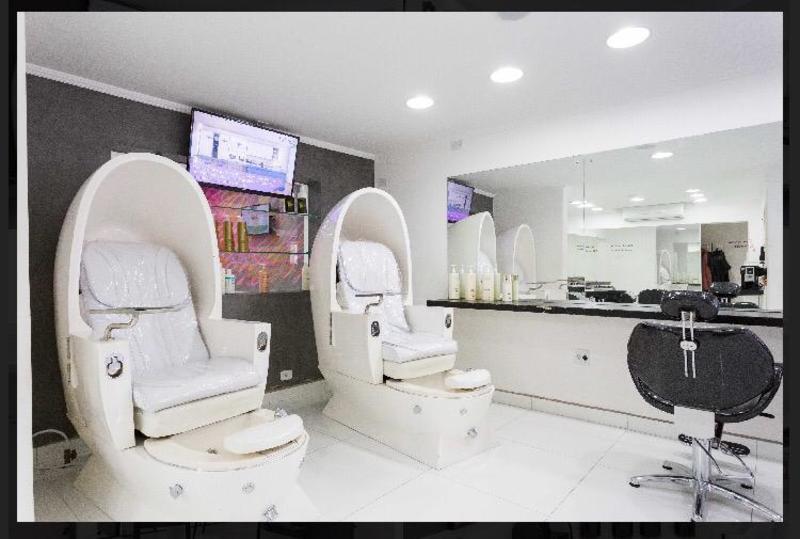 Nosso salão possui cadeiras de massagens para que o cliente se sinta o mais confortável possível! unha