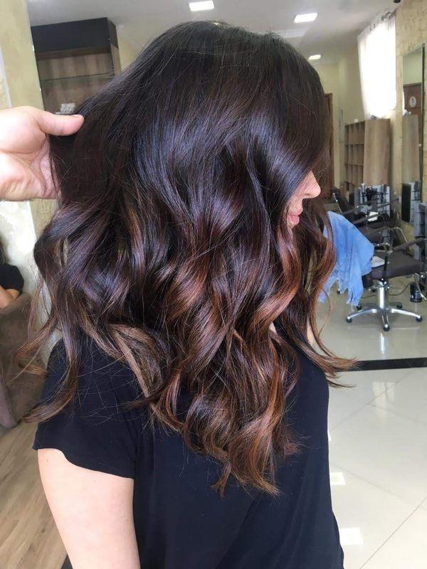 Morena iluminada cabelo cabeleireiro(a) auxiliar cabeleireiro(a)