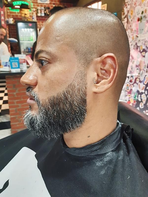 Barba com Degrade discreto barbeiro(a) cabeleireiro(a)