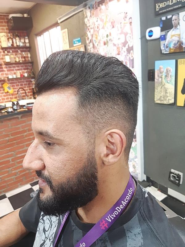 Pompaudor. cabelo barbeiro(a) cabeleireiro(a)