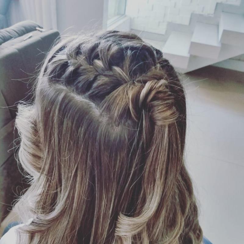 Penteado madrinha  cabelo cabeleireiro(a) auxiliar cabeleireiro(a)