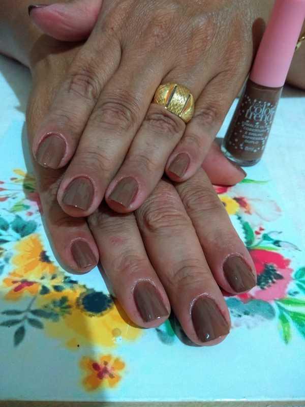 unha esteticista manicure e pedicure maquiador(a)