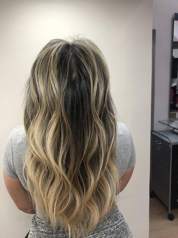 Morena iluminada em tons de dourado. cabelo