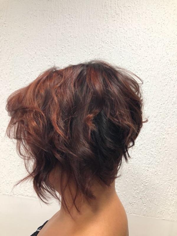Corte assimétrico desconectado. cabelo