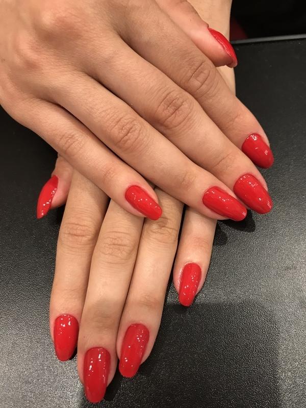 Aquele vermelho estonteante unha auxiliar cabeleireiro(a) manicure e pedicure