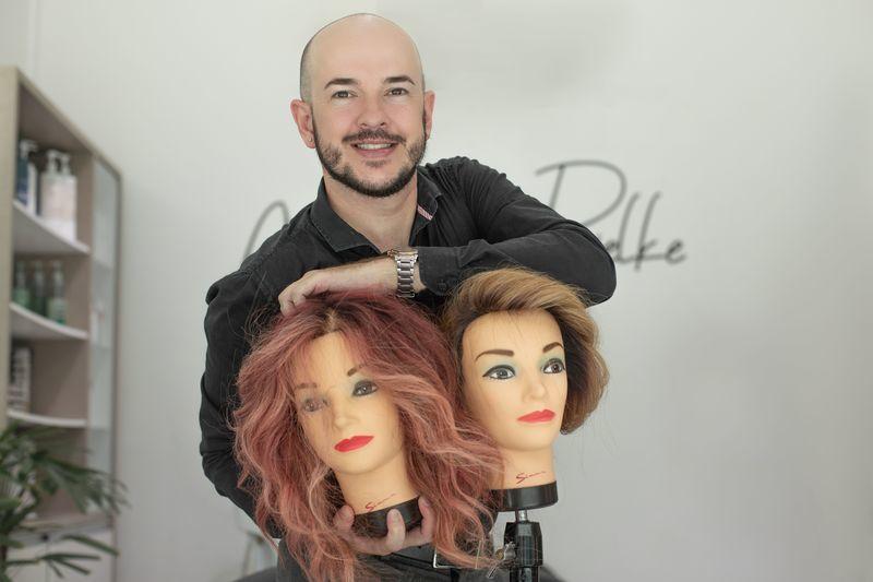 Para subir no palco e ensinar, é preciso primeiro sentar na platéia e aprender. bonecas de curso de mechas cabelo cabeleireiro(a) empresário(a) docente / professor(a) técnico(a) capilar