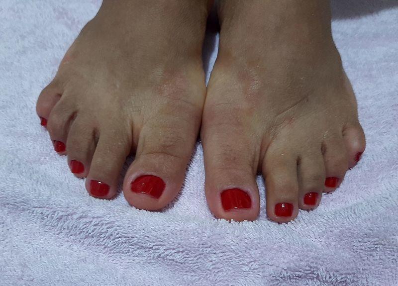 Cutilagem e esmaltação com esmalte meu vermelho da vult manicure e pedicure