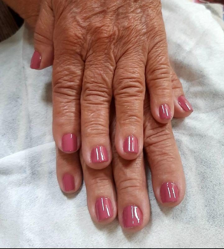 Cutilagem e esmaltação com esmalte nude da Colorama unha manicure e pedicure